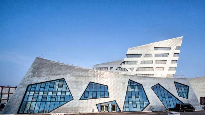 Das neue Zentralgebäude der Leuphana Universität wurde vom Architekten Daniel Libeskind entworfen. Es wurde als Vorzeigeprojekt für die Entwicklung zu einem klimaneutralen Campus am 11. März 2017 feierlich eingeweiht.