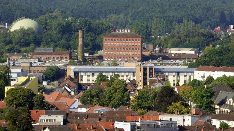 Blick vom Rathaus über die Stadt auf das ehemalige Industrieareal der Nähmaschinenfabrik Pfaff. Gut sichtbar ist das alte Verwaltungsgebäude, das im Laufe des Projektes energetisch saniert wird.