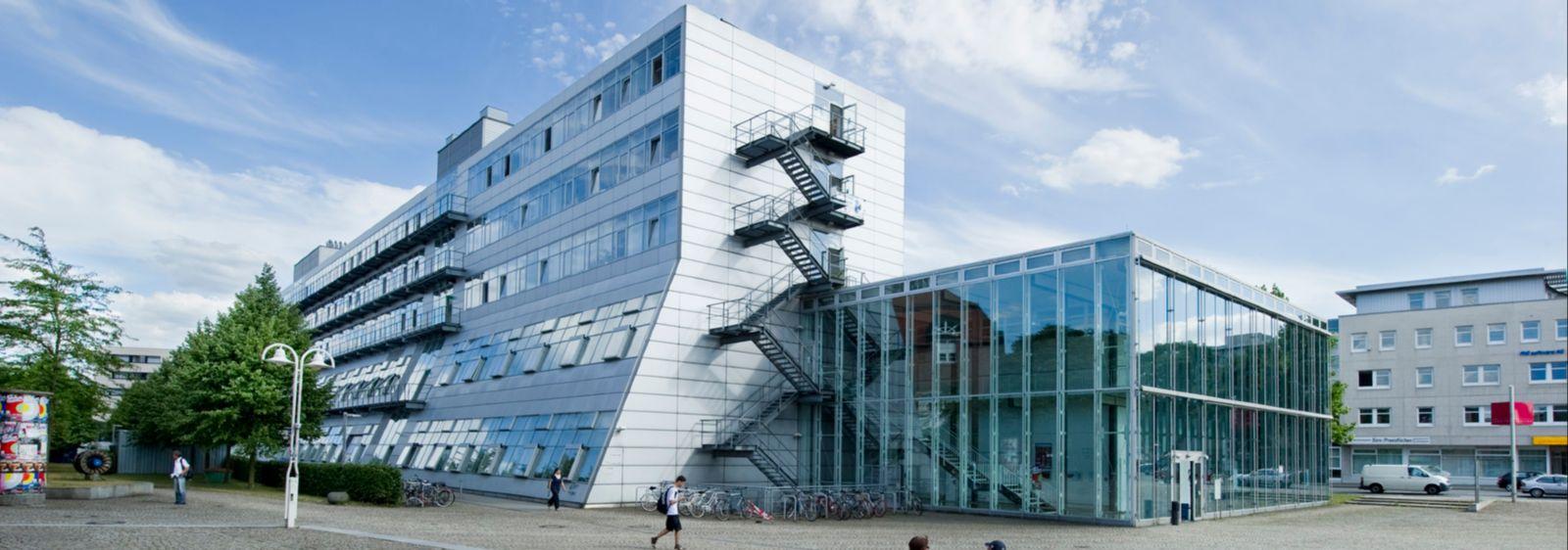 Im Gebäude der Ingenieurwissenschaften an der Universität Kassel werden zwei Bestandslüftungsanlagen in semizentrale Lüftungsanlagen umgerüstet.
