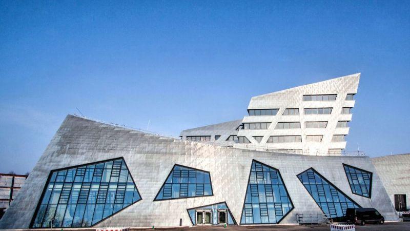 Das neue Zentralgebäude der Leuphana Universität wurde vom Architekten Daniel Libeskind entworfen. Es wurde als Vorzeigeprojekt für die Entwicklung zu einem klimaneutralen Campus am 11. März 2017 eingeweiht.