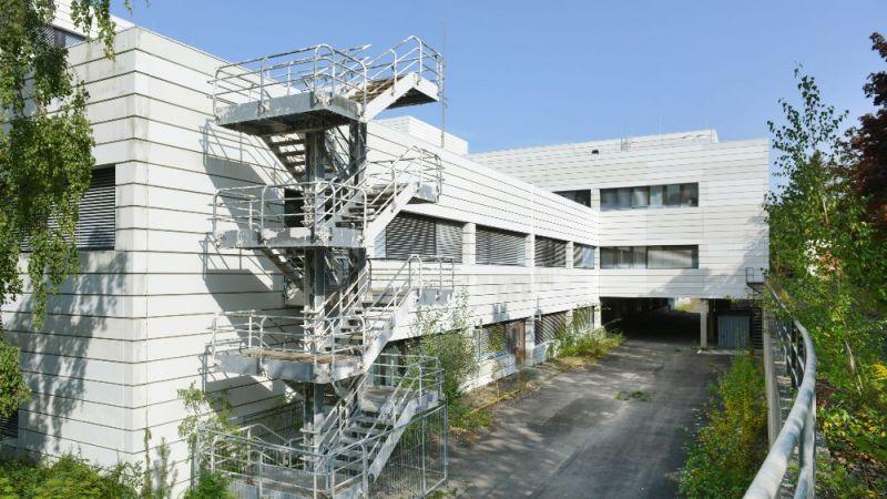 Der Gebäudekomplex des ehemaliges Militärkrankenhauses aus den 70er Jahren wird kernsaniert und zu Büro- und Laborgebäuden umgebaut.