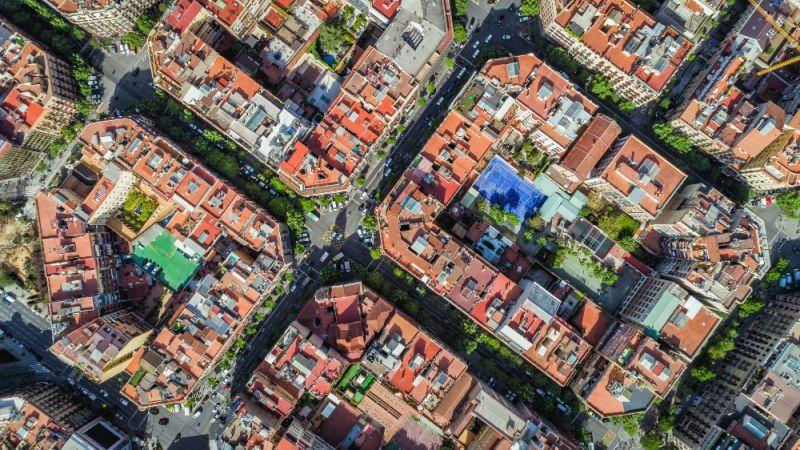 Die Sanierung von Quartieren mit sehr alten Bestandsgebäuden ist sowohl für Bauherren als auch für Bewohner aufwändig. Hilfreich können hier so genannte modulare Instandsetzungsverfahren sein, die aktuell von Forschenden entwickelt werden.
