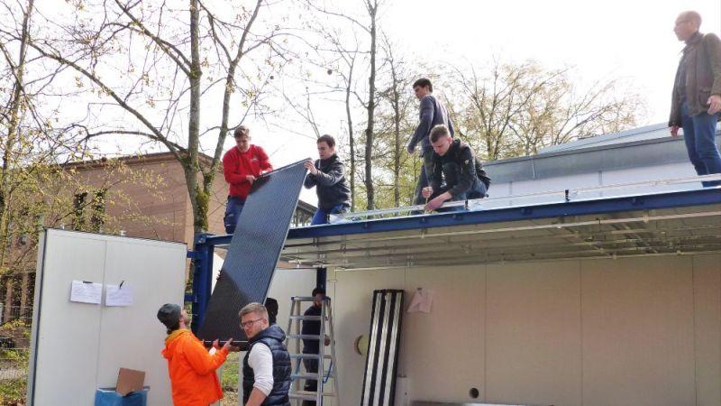 Auszubildende und Studierende der Energietechnik der Hochschule Offenburg haben gezeigt, wie energieeffiziente Gebäudetechnik im Kleinen aussieht.