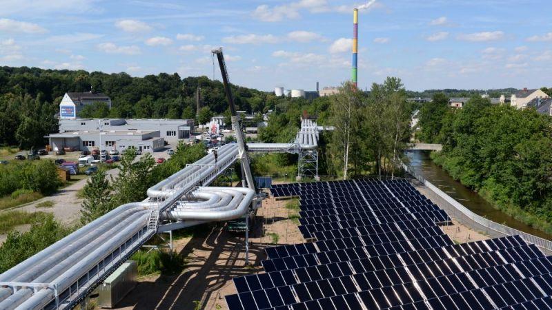 Aufbau eines Feldes mit Großkollektoren - Solare Fernwärme Brühl in Chemnitz