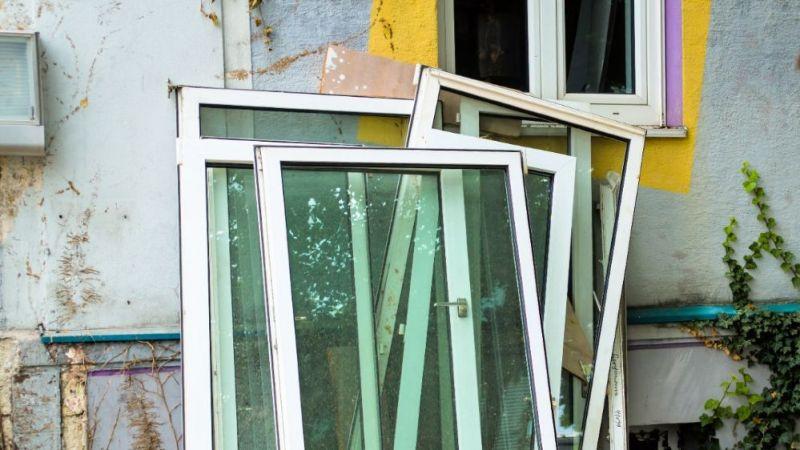 Wer saniert, kann bei alten Häusern nicht alle Scheiben-Typen nutzen. Gerade Isolierfenster können zu schwer sein - Vakuum-Isolierverglasungen hingegen nicht.
