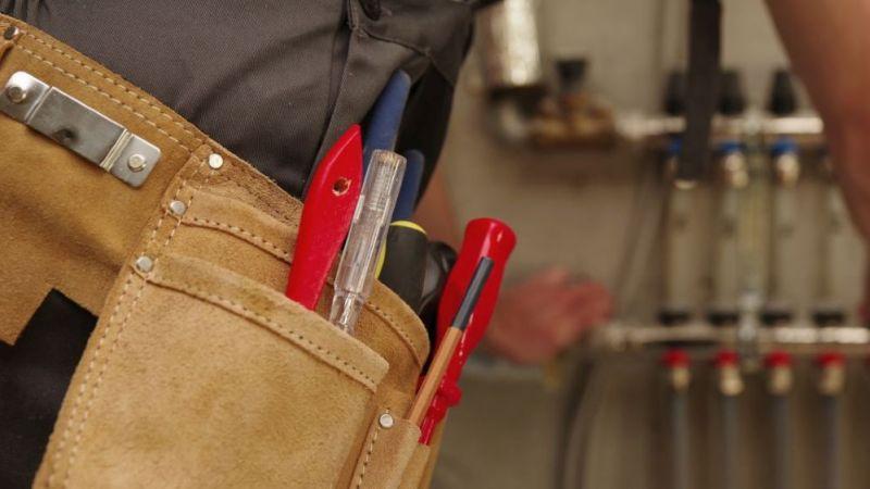 Ein Handwerker nimmt Umbauarbeiten in einem Heizungskeller vor. KI könnte ihm das künftig deutlich erleichtern.