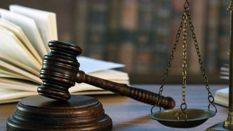 Richterhammer auf einem Schreibtisch