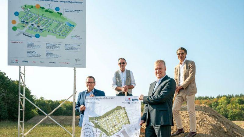 Das Bild zeigt v. l. n. r.: Bürgermeister Sascha Solbach, Klaus Dosch (Faktor-X-Agentur), Erik Schöddert (RWE Power) und Gereon Frauenrath (Frauenrath BauConcept GmbH)