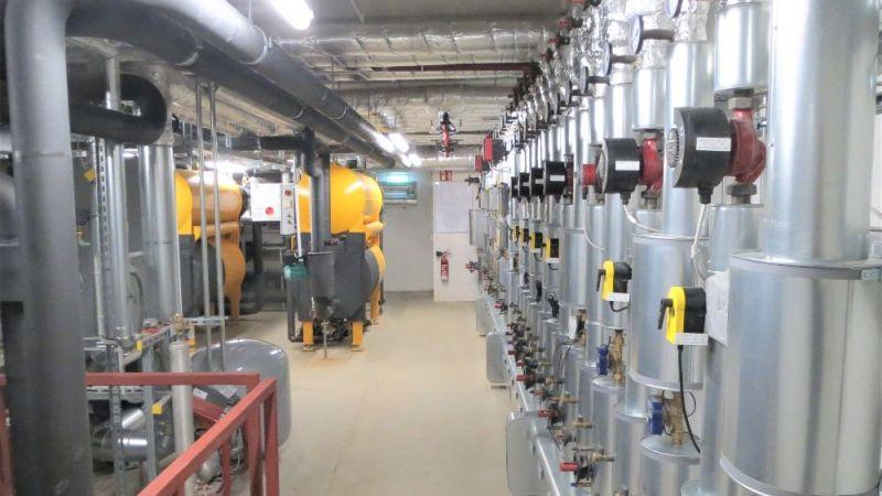 Heizungs- und Kältezentrale mit Absorptionskälteanlagen: Im Projekt ReKs entwickeln Wissenschaftlerinnen und Wissenschaftler eine intelligente Regelungsstrategie, mit der sich die Effizienz des Gesamtsystems erhöht.