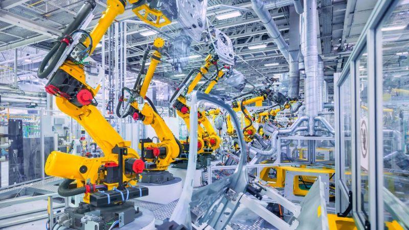 Industrieroboter in einer Halle