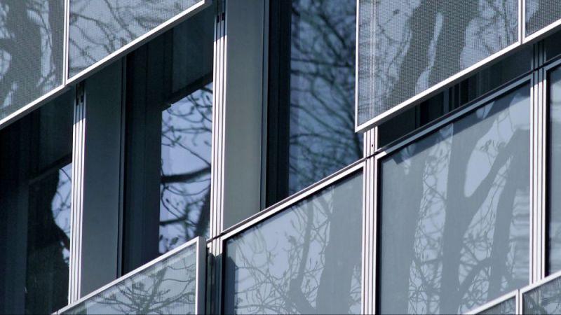 Detail der neuen Fassade mit beweglichen Brüstungselementen aus Glas-Streckmetall als Sonnenschutz.