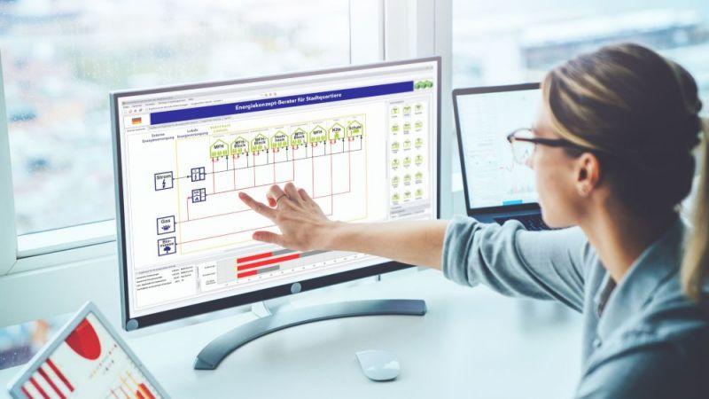Eine Mitarbeiterin des Fraunhofer Instituts für Bauphysik stellt eine Planungssoftware zur Quartiersentwicklung vor.