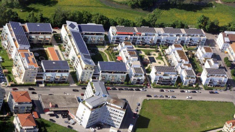 Erzeugten Strom im Quartier nutzen: Die Luftaufnahme zeigt die Bauabschnitte des Ludmilla Wohnparks.