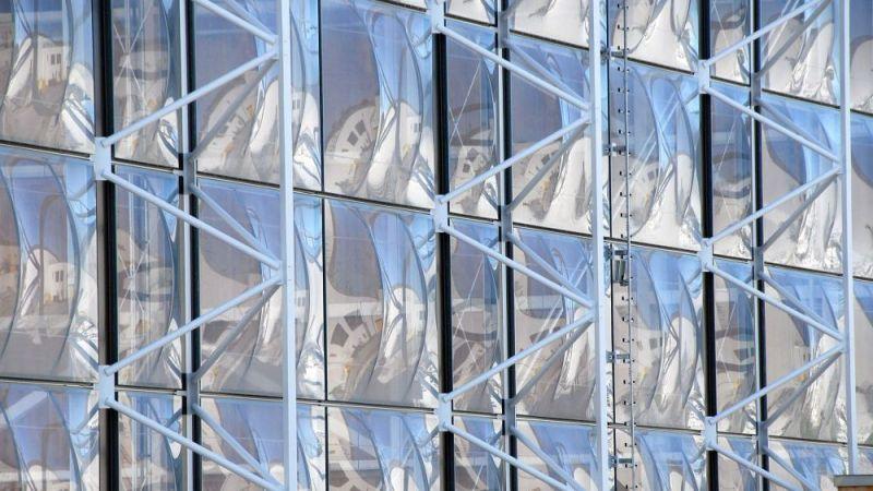 Fassade des Schulungszentrums der Bergwacht Bayern mit der auffälligen elementierten Membranfassade. Architektur: Herzog + Partner.