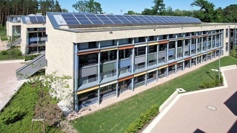 Der Neubau der Grundschule Niederheide verbraucht im Betrieb wenig Energie bei guter Luftqualität im Klassenraum und einem angenehmen Raumklima.