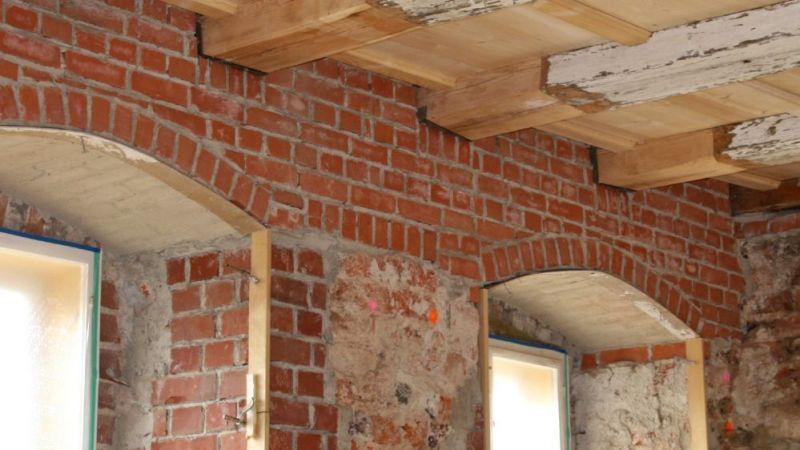 Sanierte Holzbalkendecke in einem Barockschloss – die geschädigten Holzbalkenköpfe müssen unbedingt erneuert und das Außenmauerwerk aus Vollziegeln saniert werden