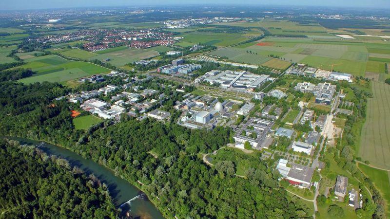 Der Campus der Technischen Universität München in Garching, mit der Stadt Garching im Hintergrund