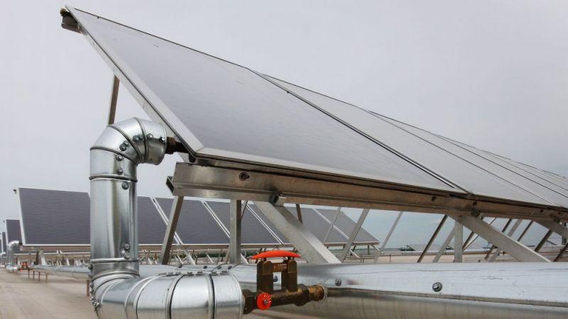 In den Forschungsprojekten KOST und TEWISol untersuchen Wissenschaftlerinnen und Wissenschaftler, wie Solarthermieanlagen kostengünstiger werden können.