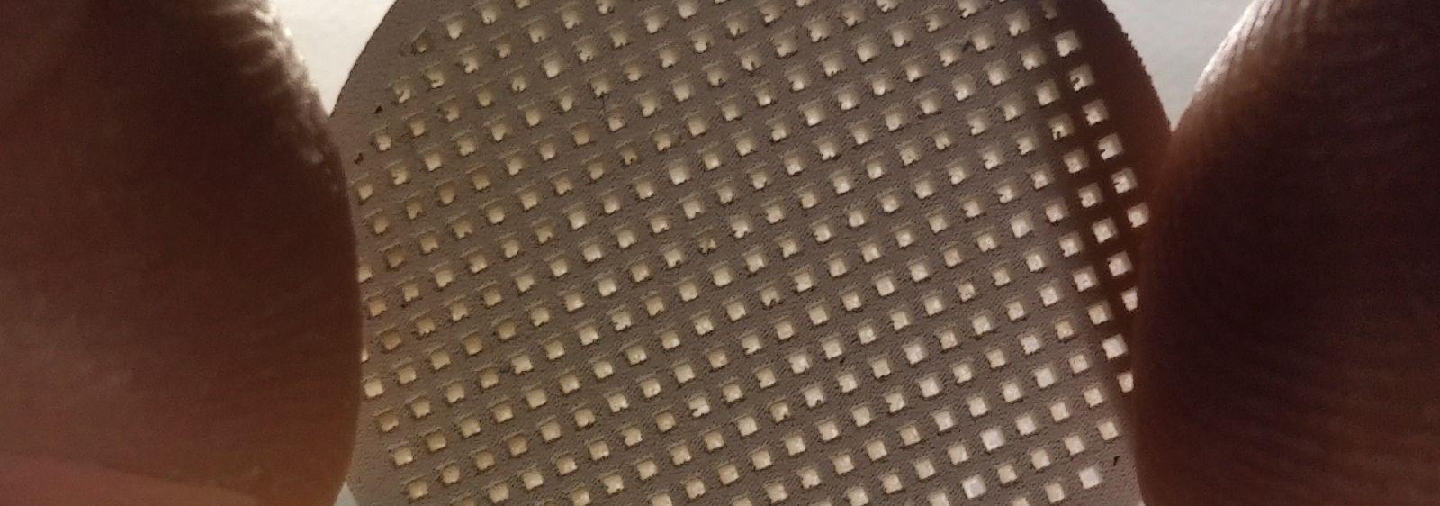 Durch 3D-Siebdruck hergestellter Membranträger aus Magnesiumoxid aus dem Forschungsprojekt AMAZING.