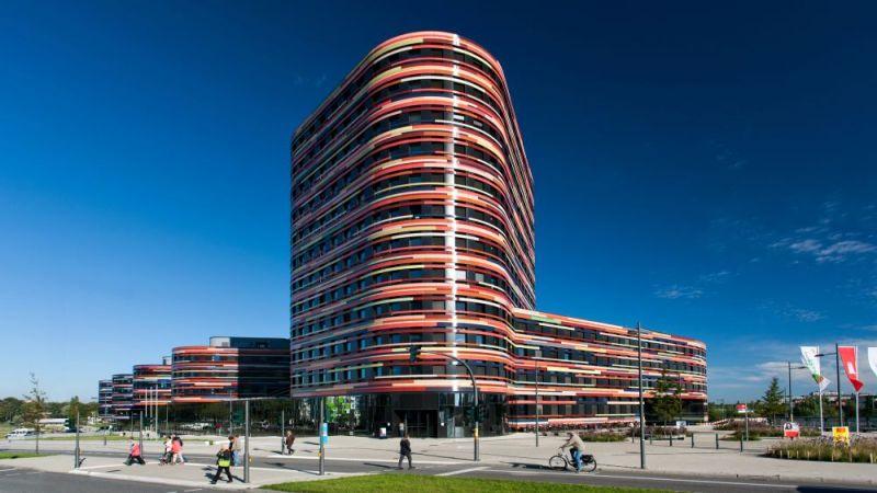 Das Hochhaus mit dem Haupteingang zur Neuenfelder Straße beherbergt gemeinsam mit dem Westflügel (links) und dem Nordflügel (rechts) die Hamburger Behörde für Stadtentwicklung und Umwelt.
