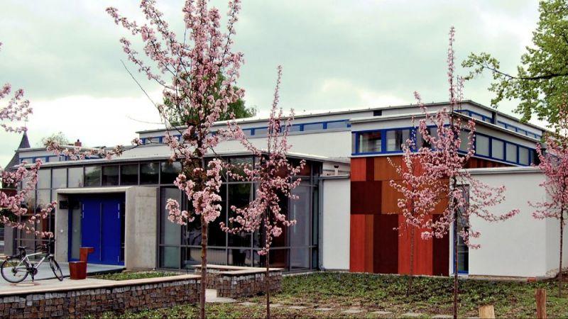 Die neue Gerhard-Grafe-Sporthalle in Dresden-Weixdorf. Blick aus Nord-Westen auf den Eingangsbereich.