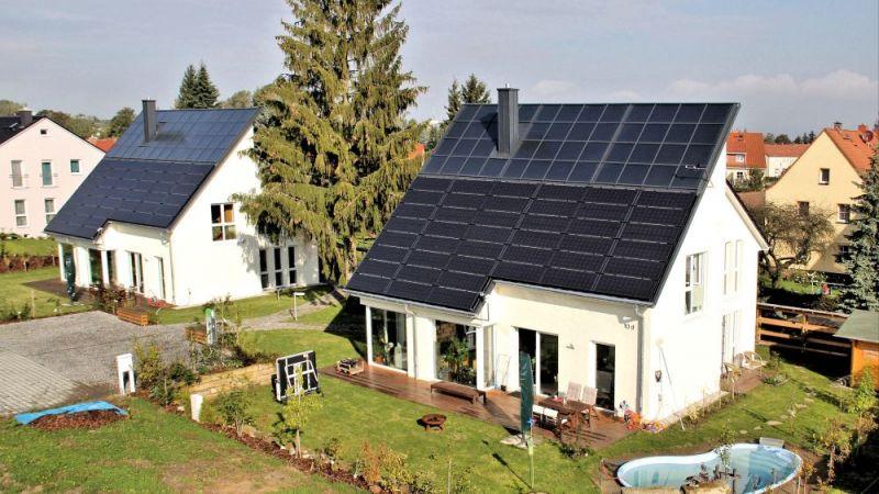Die beiden baugleichen Einfamilienhäuser in Freiberg setzen auf eine vollständig regenerative Versorgung mit Strom und Wärme. Foto aus dem Sommer 2014.