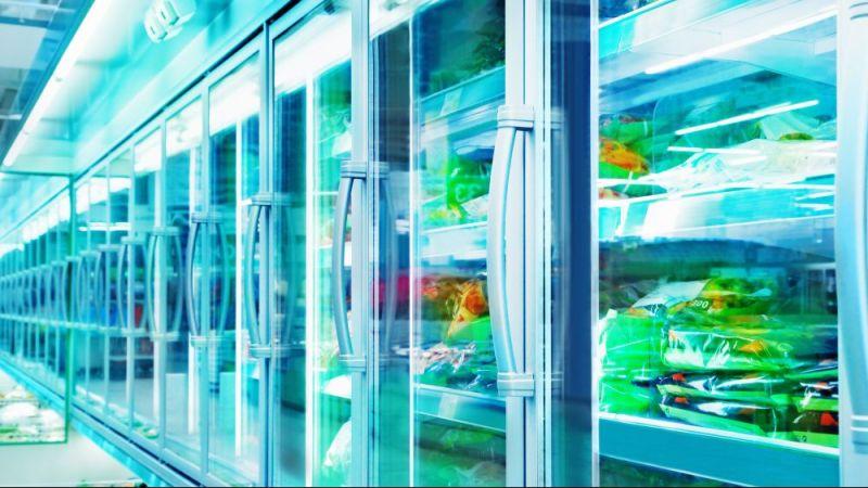 Kühlregale in einem Supermarkt