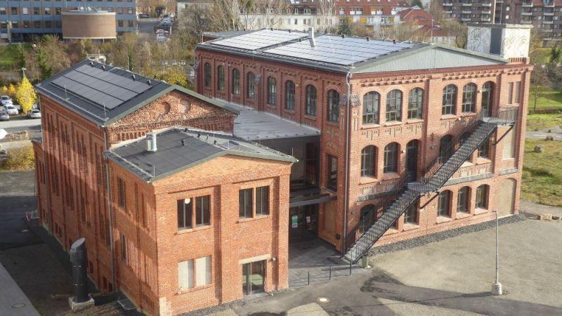 Fertig modernisiertes Studierendenhaus an der Universität Kassel mit PV-Anlagen auf dem Dach.