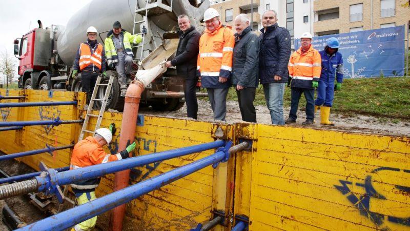 Inbetriebnahme der Fernwärme-Teststrecke im Frankfurter Europaviertel: Der Graben wird wieder verfüllt, nachdem die beiden Bypassleitungen verlegt wurden.