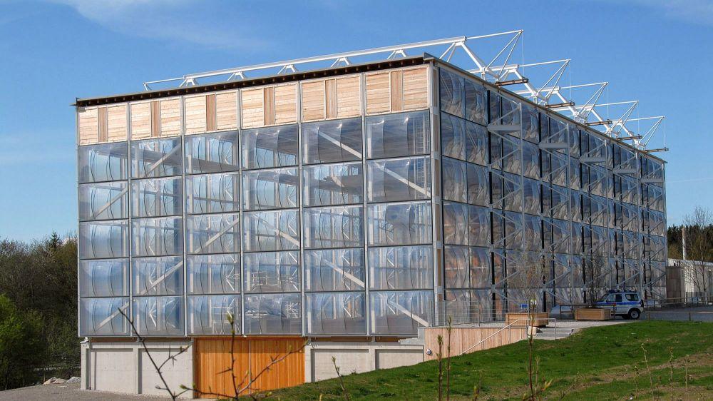 Schulungszentrum der Bergwacht Bayern mit der auffälligen elementierten Membranfassde. Architektur: Herzog + Partner.