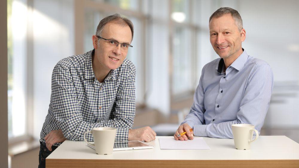 Projektleiter Michael Hörner (re.) und Dr. Holger Cischinsky sind Wissenschaftler am Darmstädter Institut Wohnen und Umwelt.
