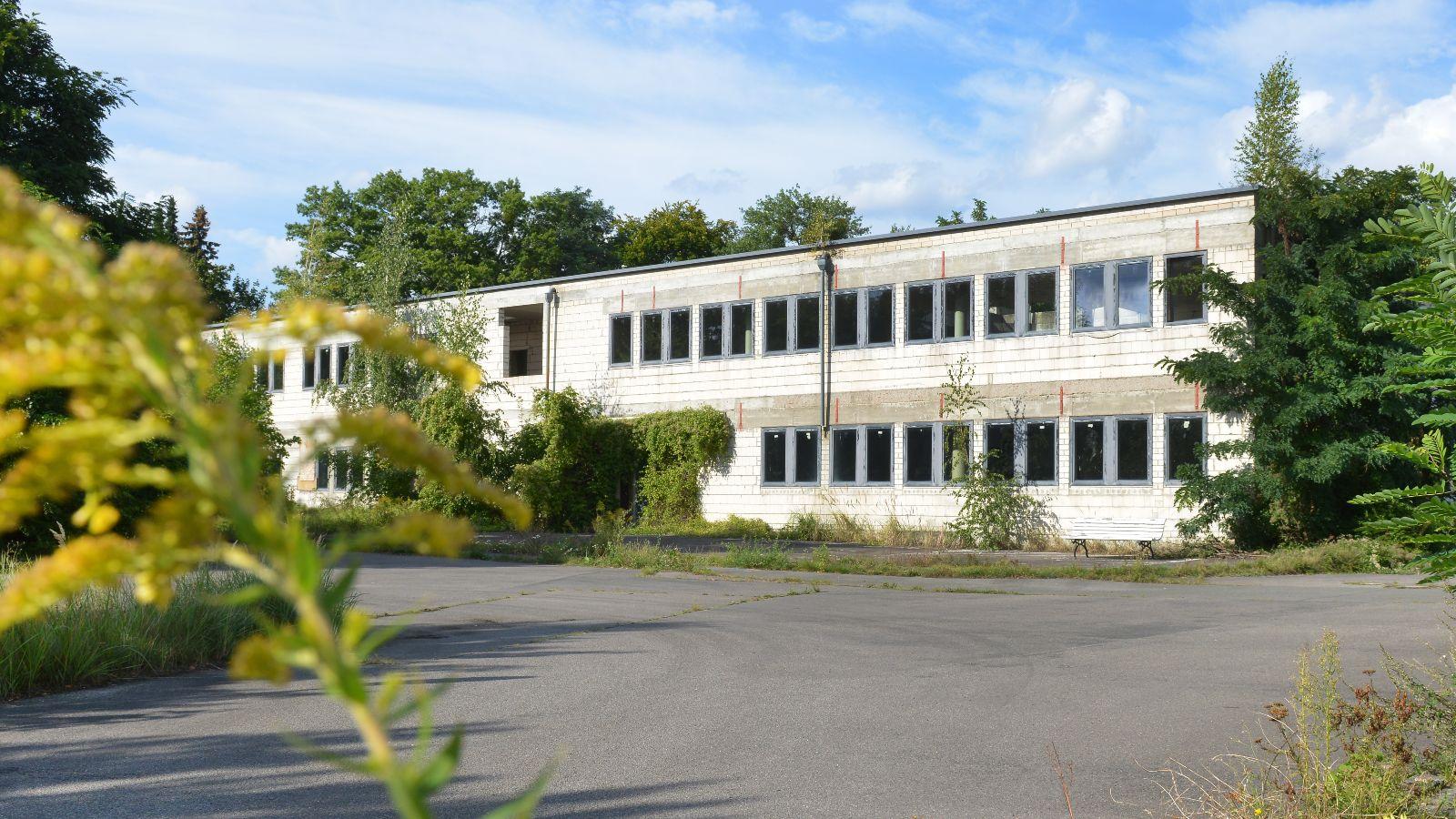 Der Gebäudeteil stammt aus dem Jahr 1992 und wird im Rahmen des Projektes abgerissen und durch Neubauten ersetzt.