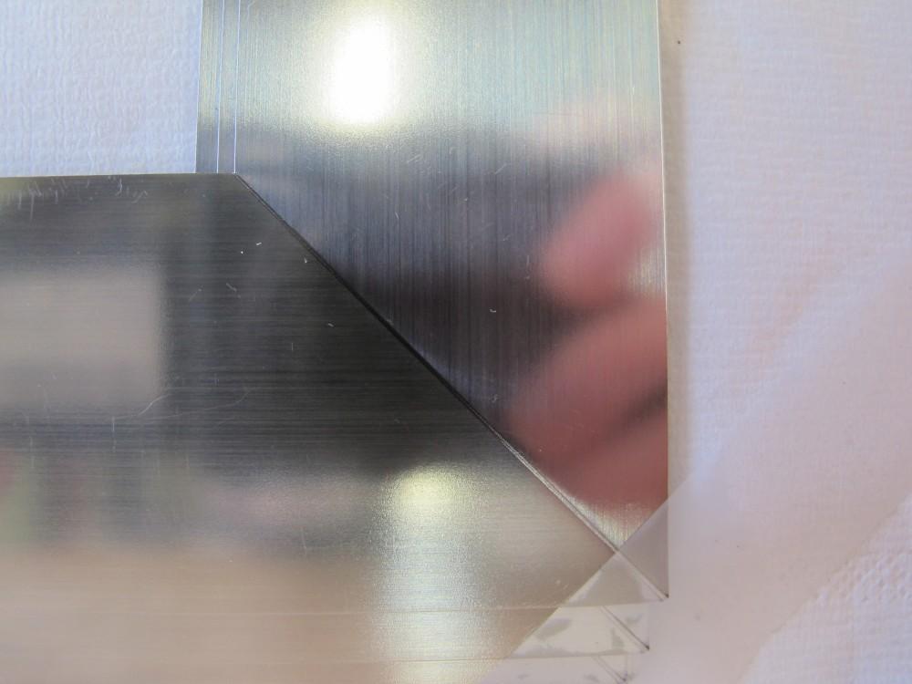 Ein geschweißter Metallrahmen eines Vakuum-Isolierglases.