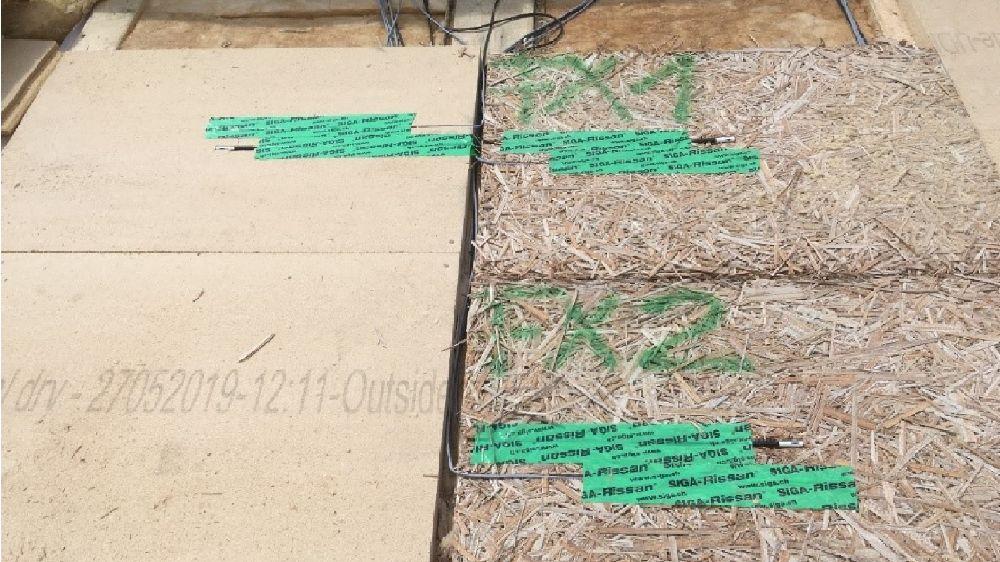 Ansicht der Messfelder am Versuchsdach mit Typha- (rechts) und im Vergleich dazu Holzfaserdämmung-