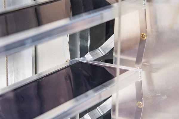 Die Lamellen der solarthermischen Jalousie dienen als Absorber. Die Wärme wird über Heat-Pipes und einen Aluminiumadapter an den Sammelkanal abgeführt.