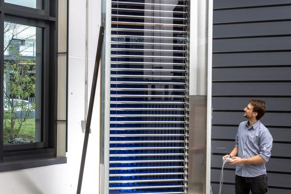 Die Jalousie ist insbesondere für Gebäude mit großen Glasfassaden geeignet. Der Demonstrator der Solarthermischen Jalousie ist in ein Doppelfassadenelement integriert.
