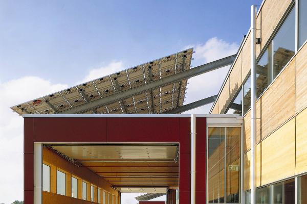 Die Vorbauten zur Warenanlieferung in der Solvis-Fabrikanlage sind nie gleichzeitig geöffnet