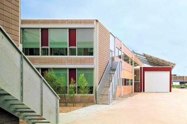 In dem neuen Gebäudekomplex der Solvis GmbH sind Produktions- und Verwaltungsbauten vereint