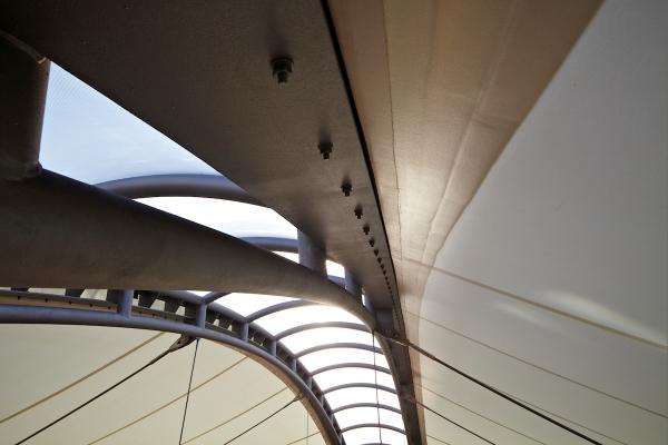 Innenraum des textilen Membrandaches mit transparenter und durchscheinender Membran zur Tageslichtnutzung.