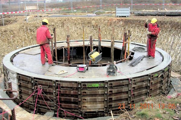 Die Zisterne wird gebaut. Sie ist Bestandteil des Strahlungskühlungssystems mit natürlicher Rückkühlung auf dem Dach.