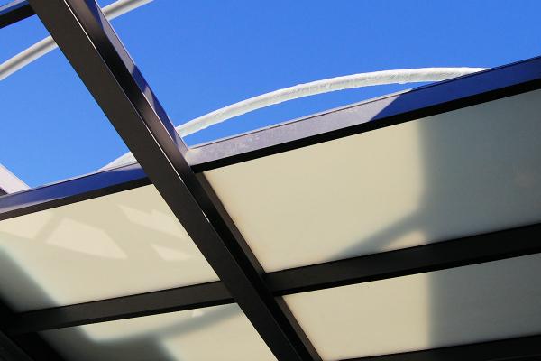 Über dem Haupttreppenhaus des Energy Efficiency Centers wird hier die sehr gut dämmende, transluzente Aerogelverglasung der Fa.Okalux aufgebaut