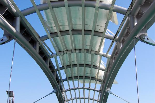 Das Paket aus transparenten bzw. transluzenten Membranen aus PTFE und ETFE wartet im Oktober 2012 auf die Montage.