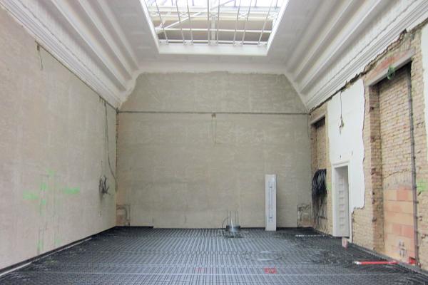 In diesem Ausstellungsraum im 1. OG wird die Tageslichtdecke wieder freigelegt und zur Tageslichtnutzung aktiviert. Zugleich wird ein Kapillarsystem im Fußboden zur Raumbeheizung und -kühlung verlegt.