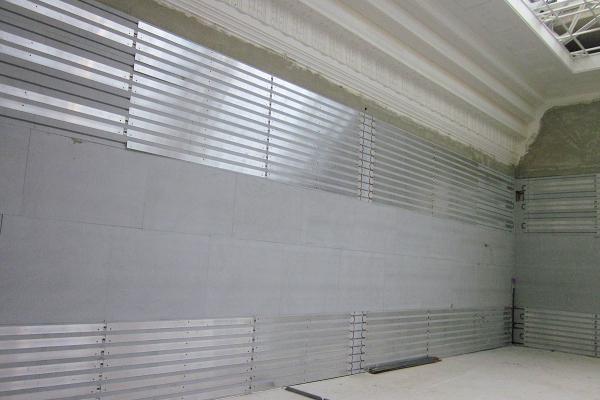Anbringung der Innendämmung mit integrierter Wandtemperierung im gleichen Raum