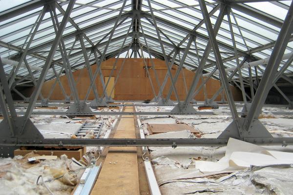 Das Glasdach erhält mit der Sanierung eine wärmedämmende Spiegelrasterverglasung, außerdem wurden die Glasdecken freigelegt, so dass wieder viel Tageslicht in die Ausstellungsräume im 1. OG gelangt.