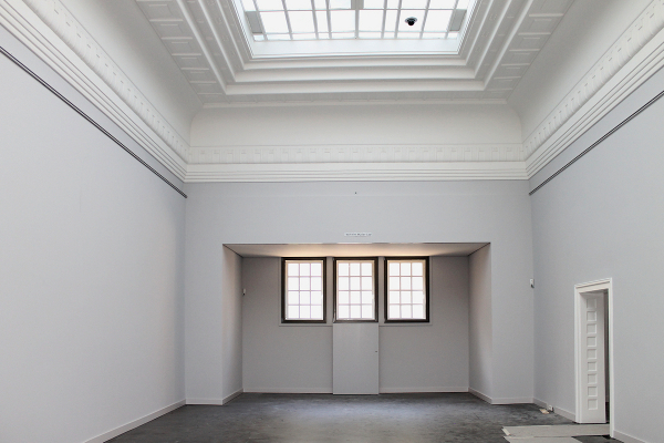 Ausstellungsraum im 1. OG mit fertiggestellter Glasdecke zur Tageslichtnutzung und neuem Anstrich