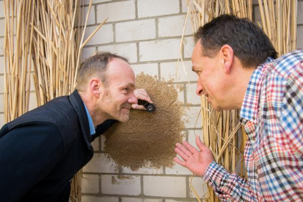 Professor Ralf Pude (links) und Michael Petry vom Institut für Naturpflanzenwissenschaften und Ressourcenschutz (INRES) an der Universität Bonn haben einen Hochleistungs-Dämmputz aus nachwachsenden Rohstoffen entwickelt.