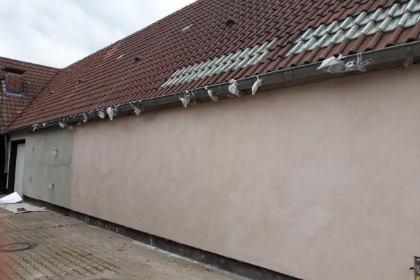 """Praxistransfer  Das Projekt ist bis zur prototypischen Anwendung gelangt. So wurde zu Projektende eine 10 m lange Kühlraumwand am Campus Klein-Altendorf der Universität Bonn mit diesem neuartigen Dämmputz verputzt (Abb.2). Im Putz befinden sich Sensoren, die kontinuierlich den Temperatur- und Feuchteverlauf messen. Diese Langzeittests sind erforderlich, um in einem nächsten Schritt die Bauzulassung zu erlangen. Dieser Part liegt bei dem Projektpartner, einem großen Putzhersteller. Die grundsätzliche Idee wurde bereits vor Projektbeginn von der Universität Bonn als """"Verfahren zur Herstellung eines Dämmstoffs"""" patentiert und steht somit für weitere Anwendungsfelder und Firmen zur Verfügung."""