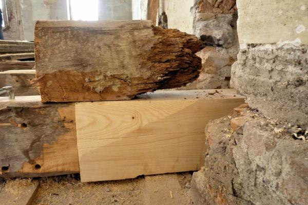 Auflagerbereich einer um 1700 errichteten Holzbalkendecke in einem Barockschloss vor der Sanierung