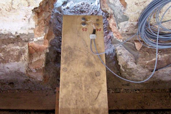 Einbau der Holzfeuchtefühler für die Erfassung der oberflächennahen Feuchte (im Bild Nr. 48) und der Kernfeuchte des Balkenkopfes (Nr. 50)